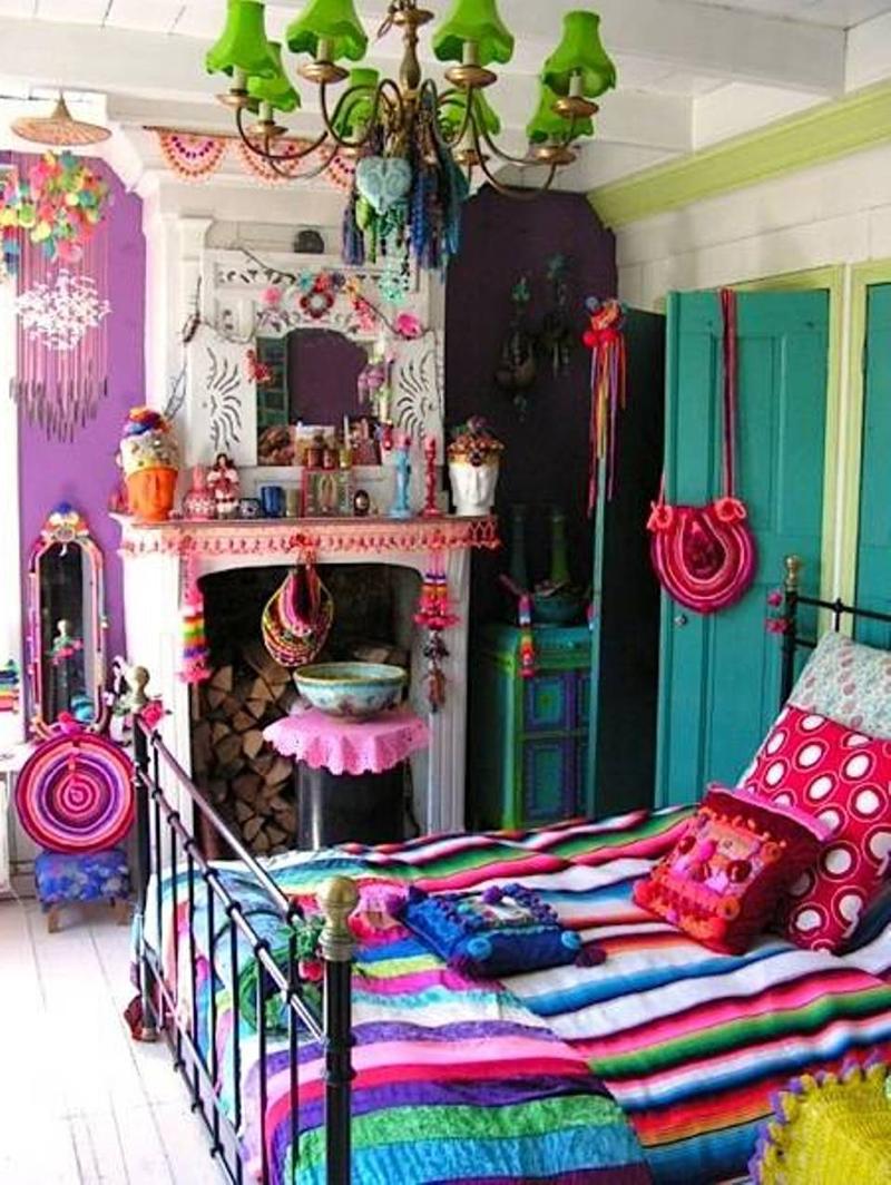 quarto com estilo hippie com muitas cores