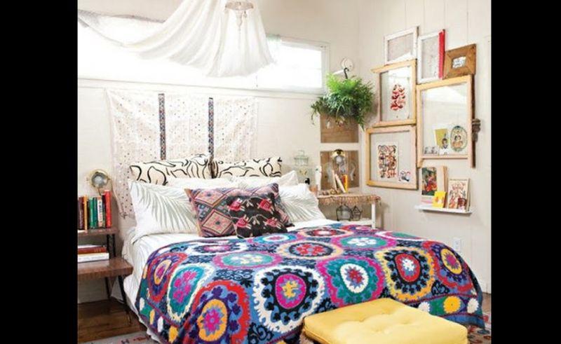 quarto com estilo hippie com quadros
