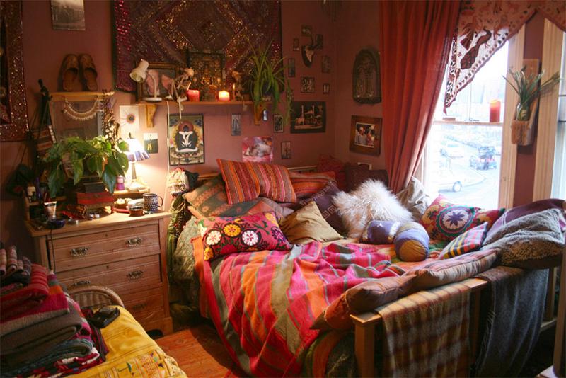 quarto com estilo hippie com objetos decorativos