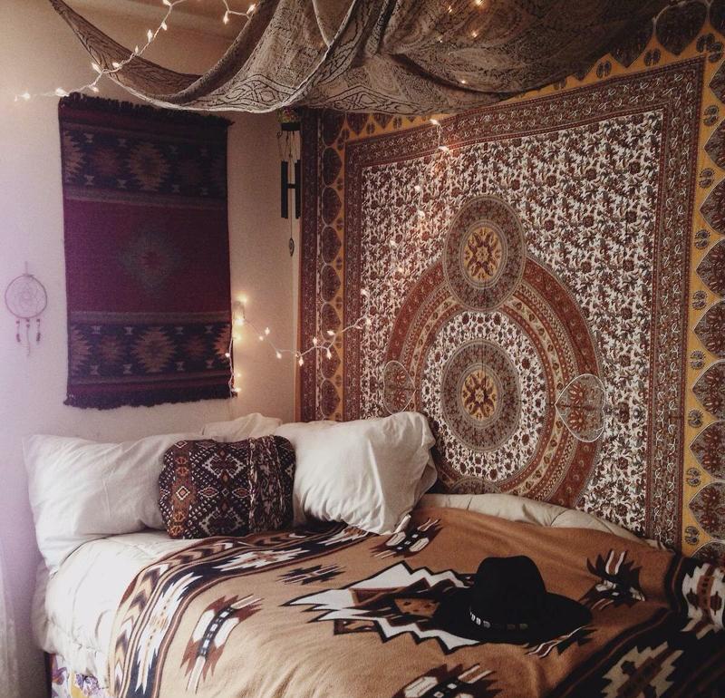 quarto com estilo hippie com cangas diversas