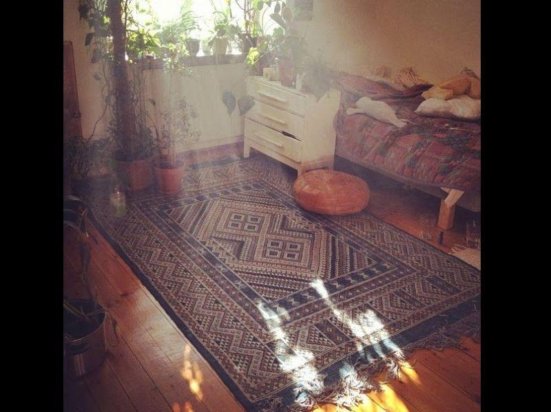 quarto com estilo hippie com tapete