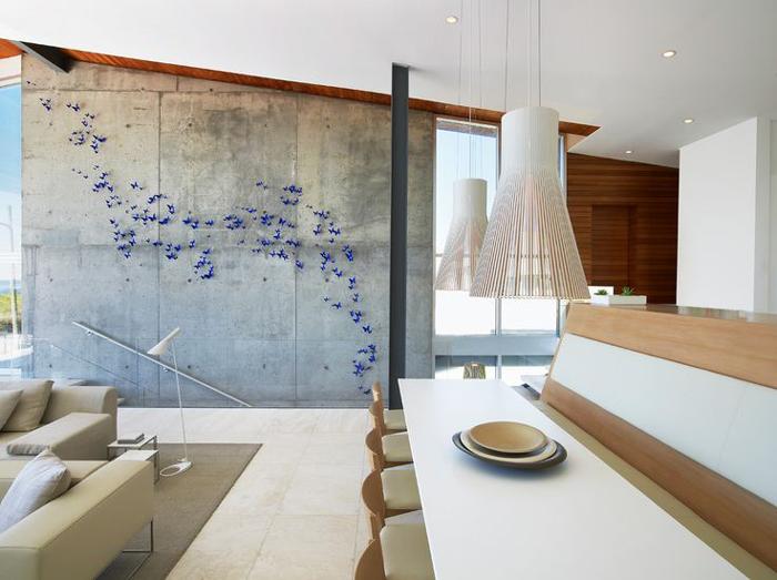 borboletas na parede com concreto aparente