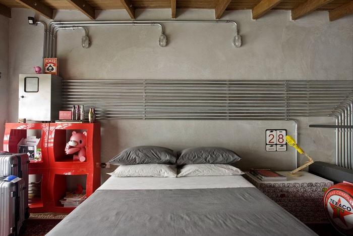 parede com concreto aparente teto de madeira