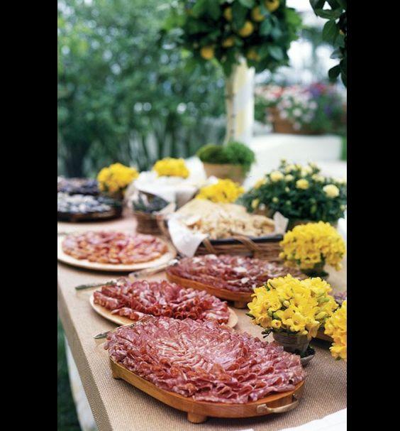 mesa de frios com flores