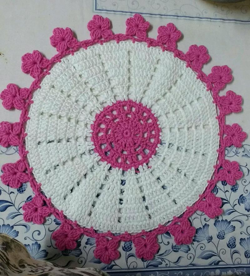 sousplat em croche branco e rosa