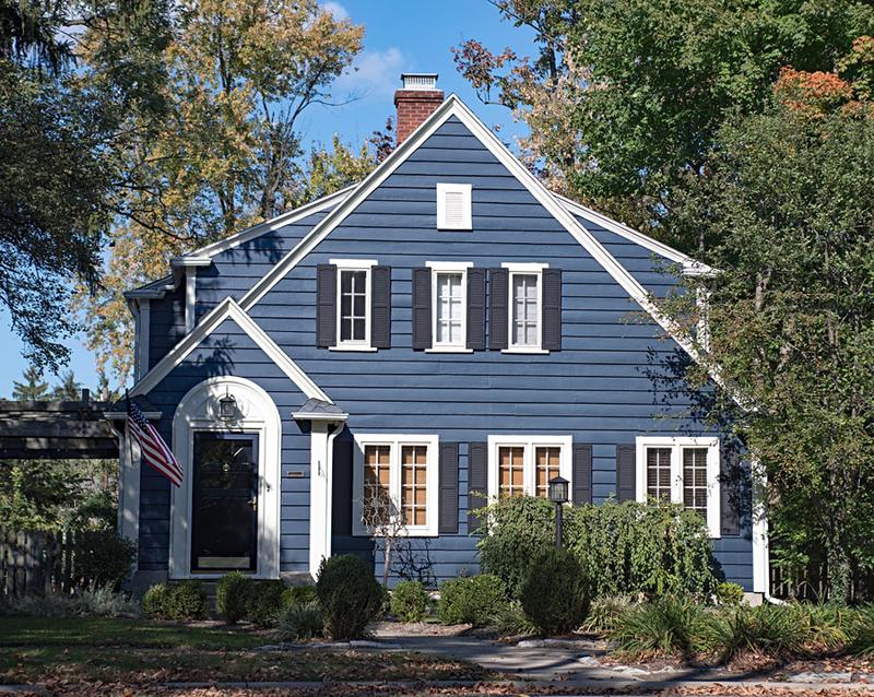 casa com madeira azul