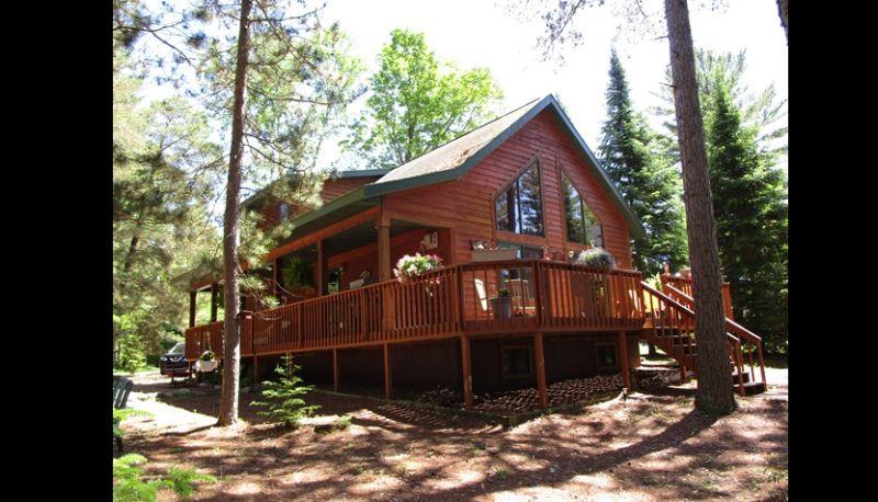 casa com madeira com cerca