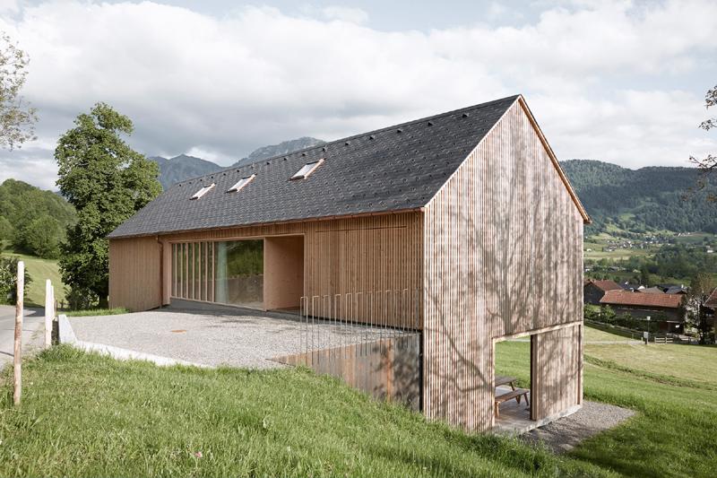 casa com madeira suspensa