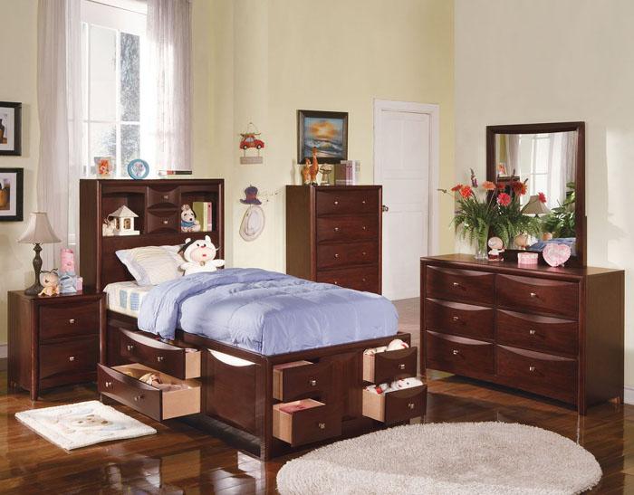 quarto de solteiro com madeira