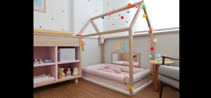 quarto montessoriano com estante