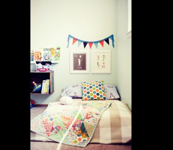 quarto montessoriano com bandeirolas