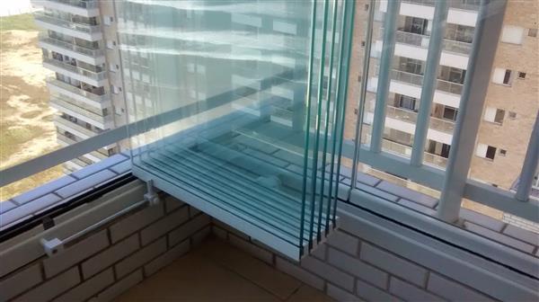 sacada com janelas de vidro
