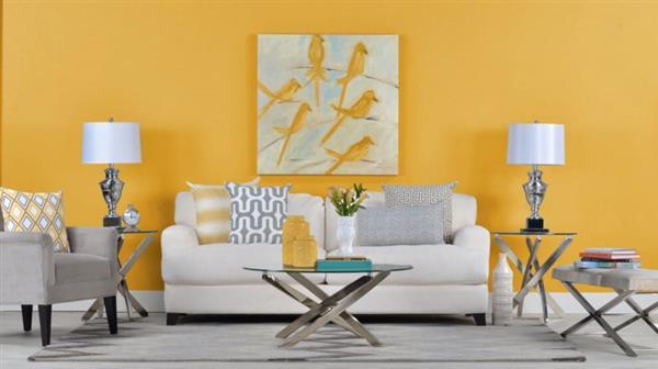 sala de estar com parede amarela