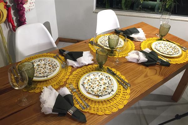 mesa posta com jogo americano de croche