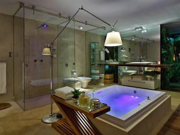 banheiro com banheira de luxo