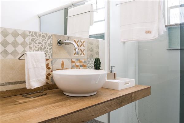 banheiro-simples-banheiro-com-bancada-de-porcelanato