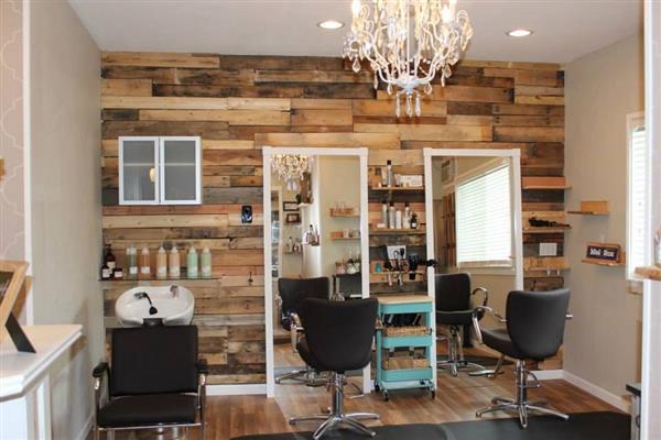 salão de beleza com parede de madeira