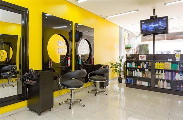 salão moderno amarelo