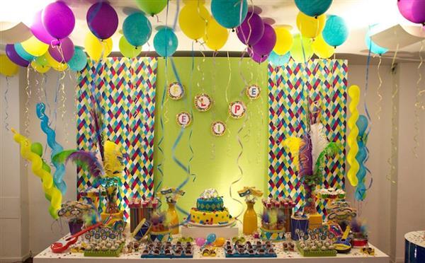 decoração de festa carnaval com papel crepom