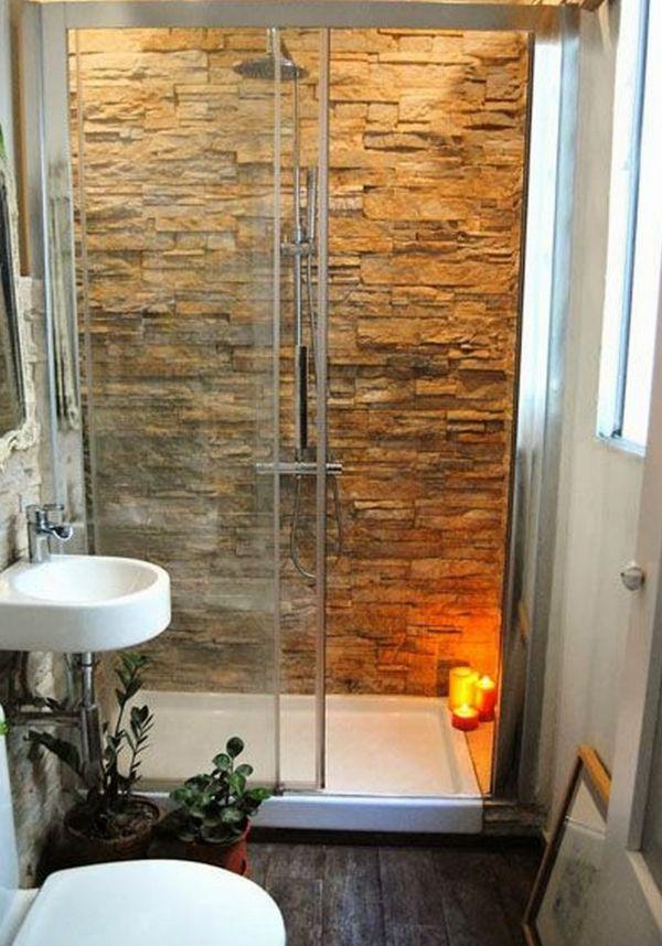 Banheiro pequeno com parede de pedras