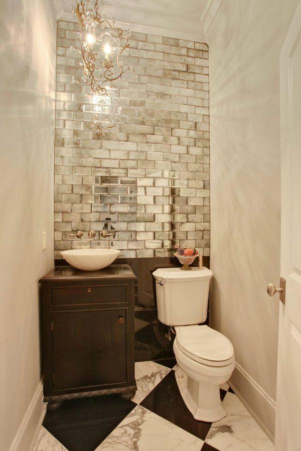 Banheiro pequeno com parede de tijolos espelhados