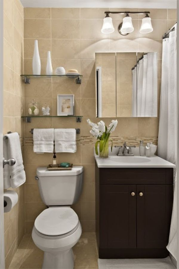Decoração de banheiro pequeno com prateleiras