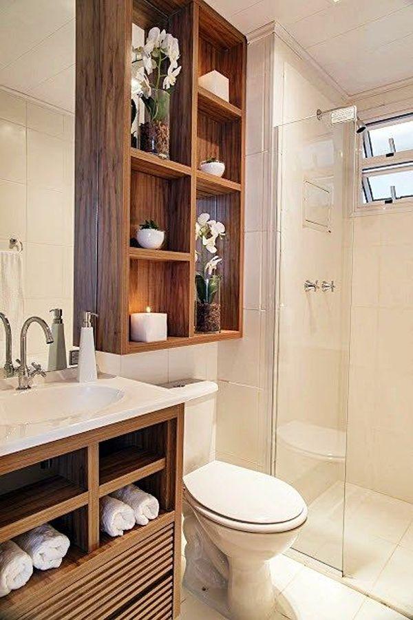 Banheiro pequeno com decoração de madeira