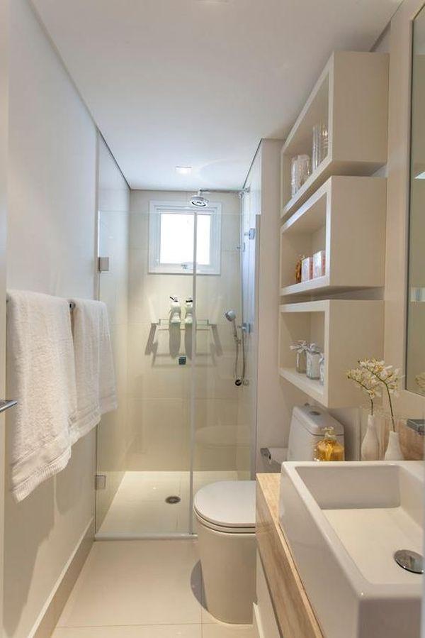 Banheiro pequeno e comprido com decoração branca