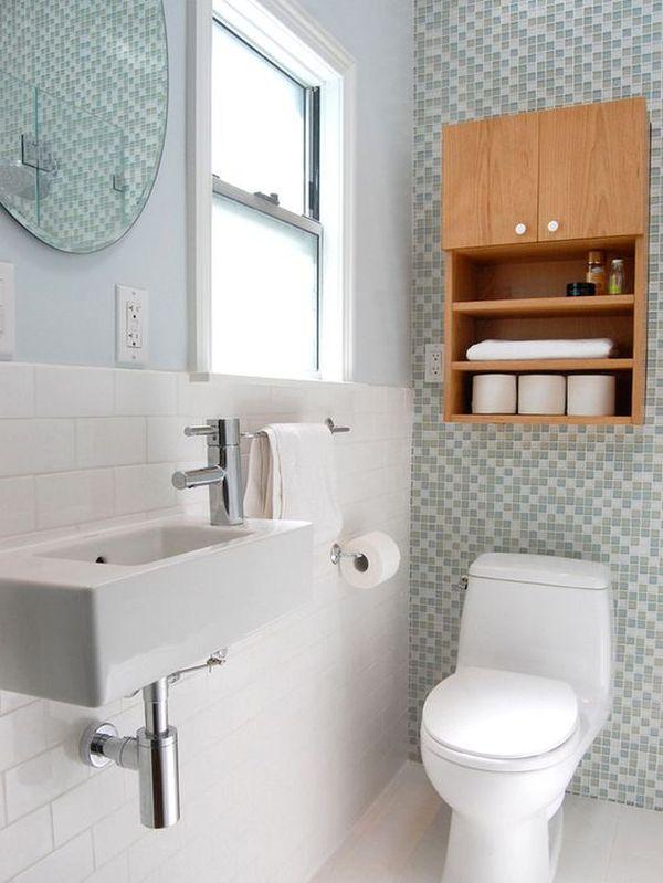 Banheiro pequeno com pastilhas na parede