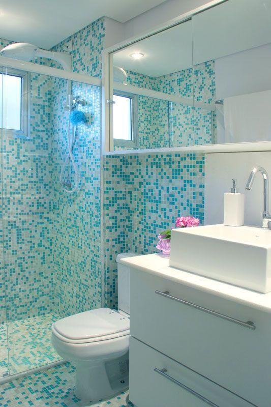 banheiro com ceramica branca e faixa azul