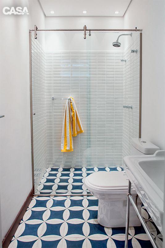 banheiro azul e branco no piso