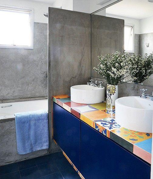 banheiro azul turquesa e branco