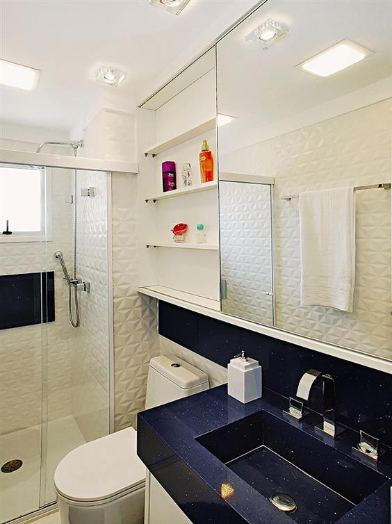banheiro branco com pastilha azul