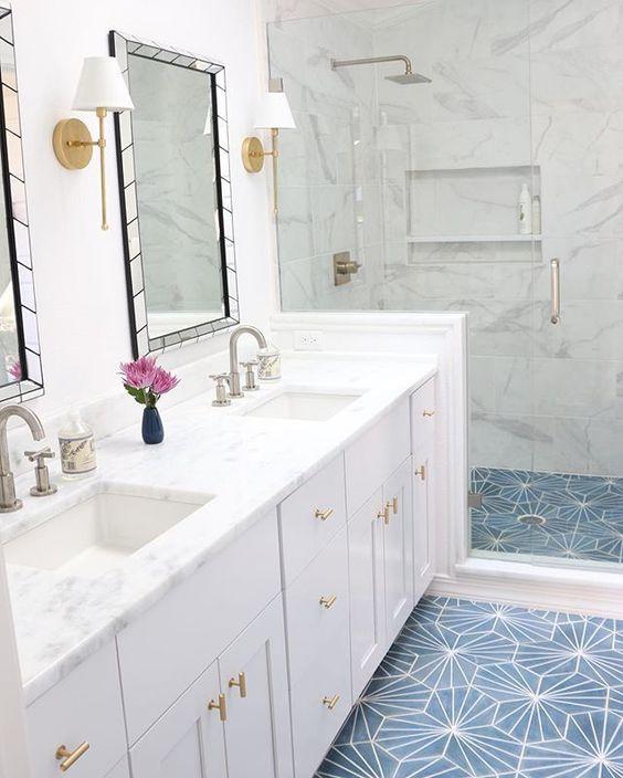 banheiro branco com box pastilha azul