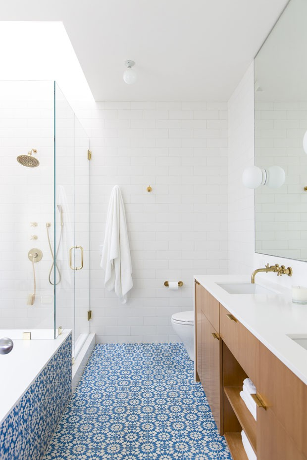 banheiro branco com chao azul