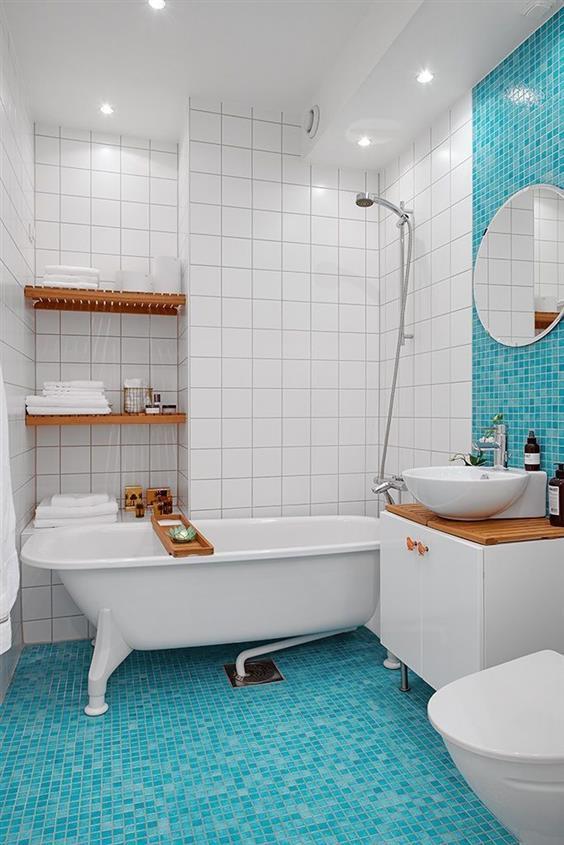 banheiro branco com parede do chuveiro azul