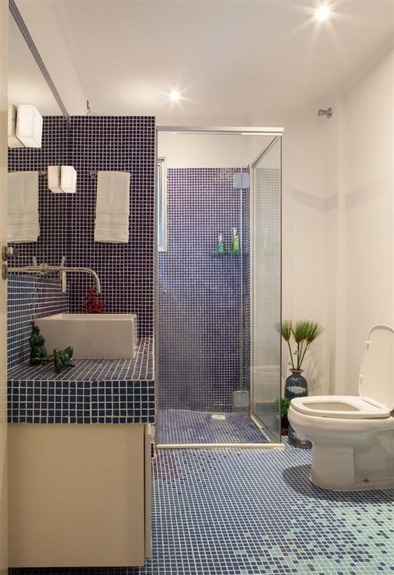 piso banheiro azul com branco