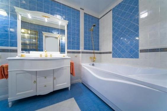 banheiro azul e branco pequeno