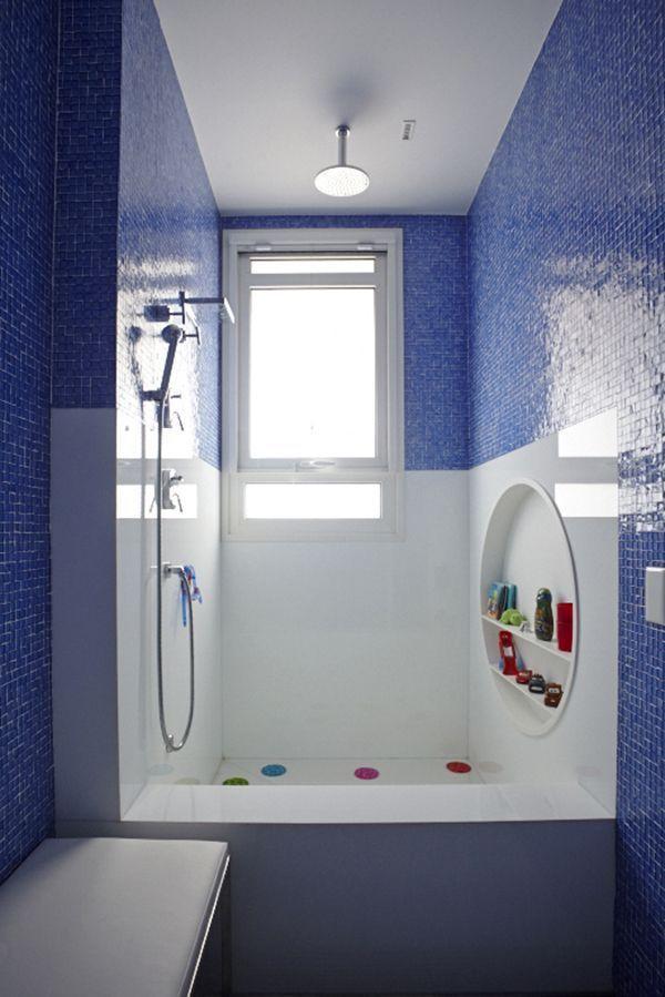 banheiro azul marinho com branco