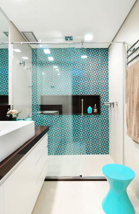 banheiros simples azul e branco