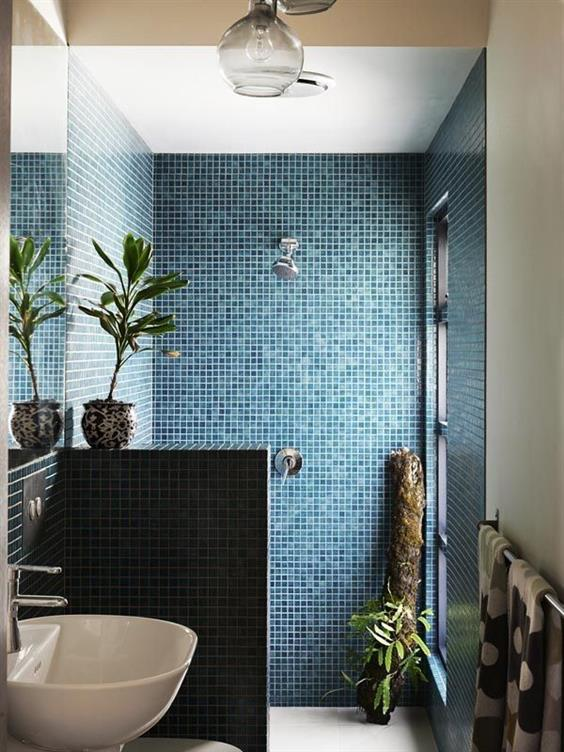 banheiros azul marinho e branco