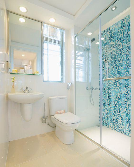 banheiros com pastilhas azul e branco