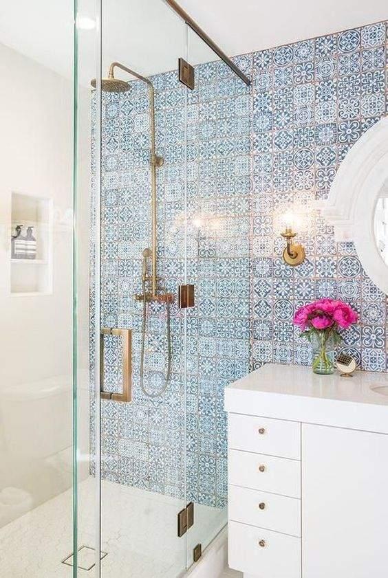 decoracao de banheiro azul com branco