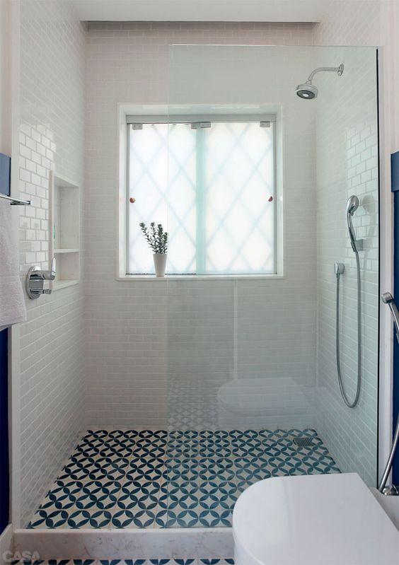 acabamento de banheiro azul e branco com ladrilhos