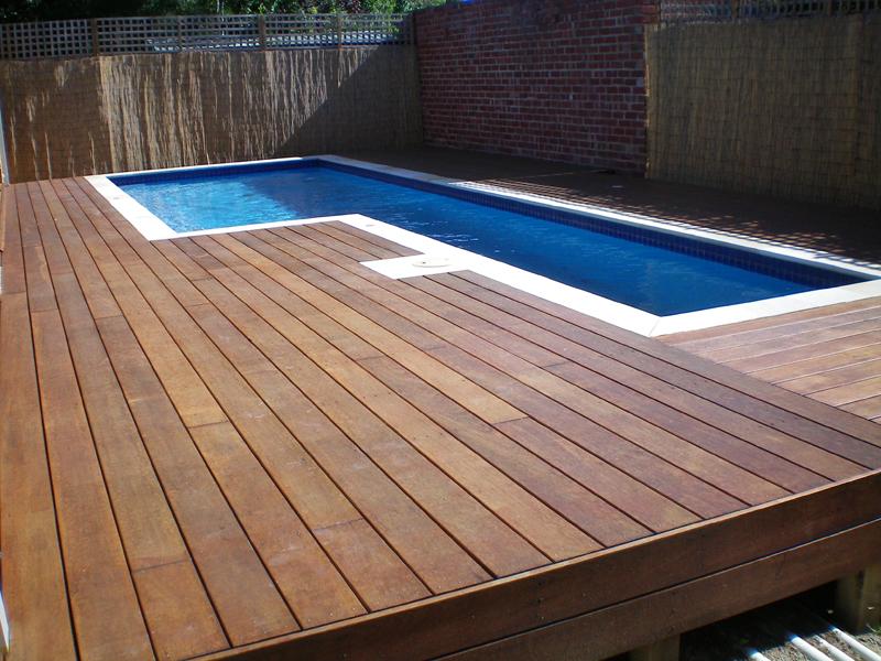 piscina de canto com deck