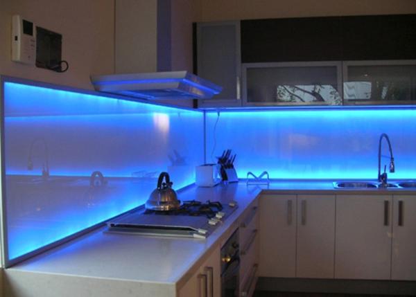 cozinha integrada com luz azul