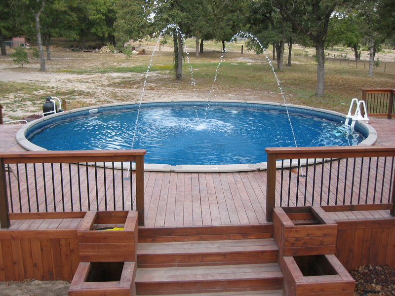 esguicho na piscina com deck