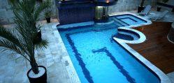 piscina moderna e pedras