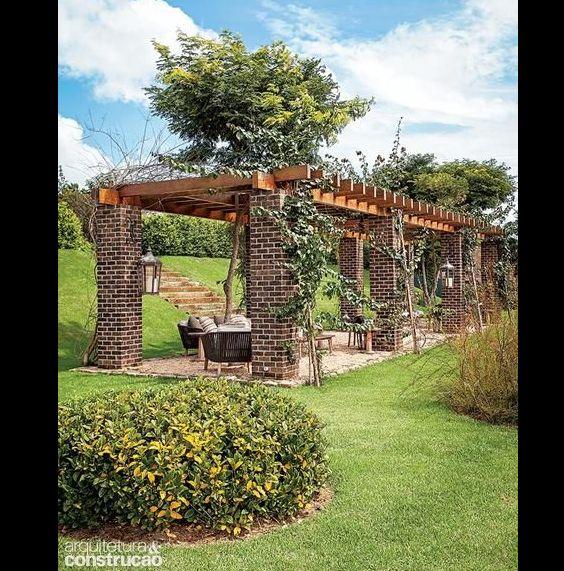 pergola de madeira com tijolo
