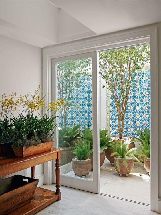 jardim interno com azulejo